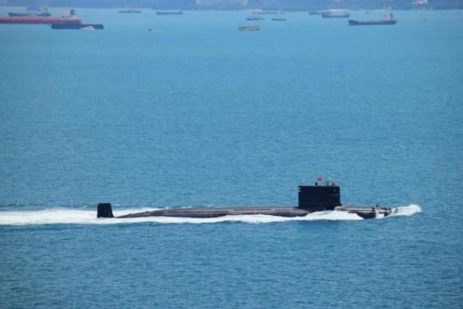 Trong các ngày 24 - 25/6/2016, biên đội tàu chiến Hạm đội Nam Hải Trung Quốc, trong đó có tàu ngầm hạt nhân tấn công số hiệu 409 Type 093G (trong hình) đi qua vùng biển Banda Aceh của Indonesia và eo biển Malacca. Ảnh: news.qq.com.