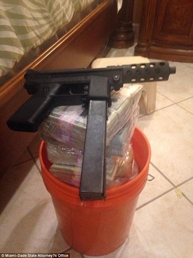 Tiền và súng được cất giấu trong các thùng nhựa.