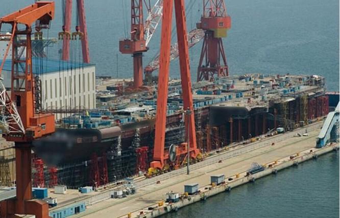 Cộng đồng mạng dăng tải hình ảnh Trung Quốc đang chế tạo tàu sân bay 001A ở Đại Liên. Ảnh: Báo Nhân Dân, Trung Quốc.