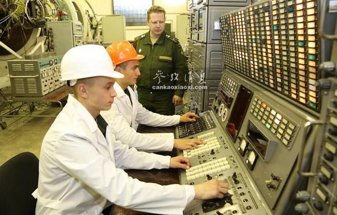 Học viên Nga tập luyện kiểm tra linh kiện tên lửa xuyên lục địa. Ảnh: Tin tức Tham khảo, Trung Quốc.