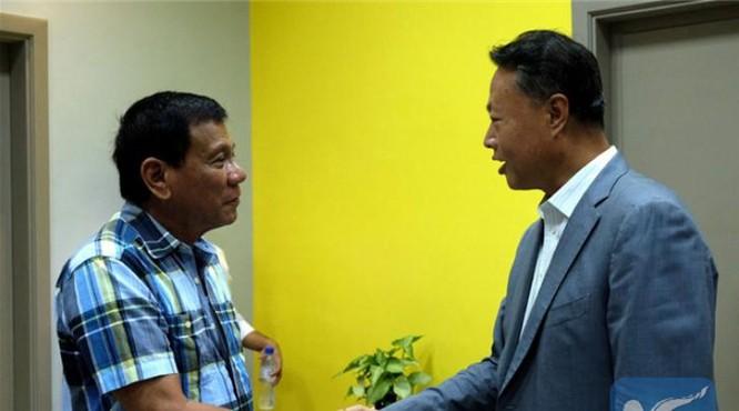 Ngày 16/5/2016, ông Rodrigo Duterte tiếp Đại sứ Trung Quốc Triệu Giám Hoa trước khi nhậm chức Tổng thống (cuối tháng 6/2016).