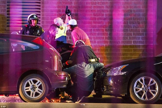 Cảnh sát Dallas đấu súng với nhóm bắn tỉa