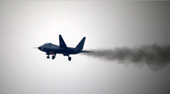 Máy bay chiến đấu J-31 Trung Quốc bay biểu diễn ở Triển lãm hàng không Chu Hải-2014 (Ảnh tư liệu).