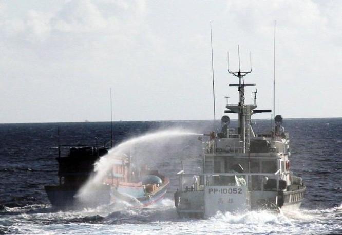 Tàu tuần duyên PP-10052 trang bị pháo và lắp vòi rồng. Ảnh: UDN.