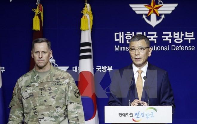 Thứ trưởng Bộ Quốc phòng Hàn Quốc Yoo Jeh-seung và Tư lệnh quân đội Mỹ tại Hàn Quốc, Thomas Vandal (trái) tại cuộc họp báo ở Seoul sau khi hai nước đạt thỏa thuận về việc triển khai THAAD. (Nguồn: EPA/TTXVN)