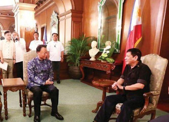Tổng thống Philippines Rodrigo Duterte tiếp Đại sứ Trung Quốc Triệu Giám Hoa. Ảnh: Báo Phượng Hoàng, Hồng Kông.