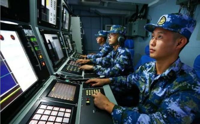 Tàu khu trục Hợp Phì Type 052D Hạm đội Nam Hải làm tàu chỉ huy trong cuộc tập trận. Binh sĩ tàu khu trục Hợp Phì đang tìm kiếm mục tiêu quân xanh. Ảnh: Sina.