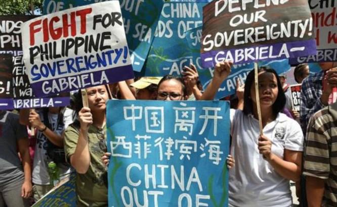 Sau phán quyết của PCA, người dân Philippines tổ chức tuần hành phản đối Trung Quốc. Ảnh: BBC.