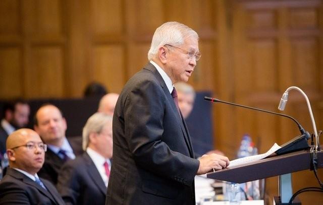 Cựu Ngoại trưởng Philippines Albert del Rosario tại một phiên làm việc của Tòa trọng tài - Ảnh: PCA