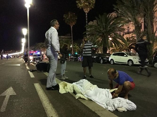 Hiện trường vụ khủng bố đẫm máu dịp Quốc khánh Pháp - ẢNH ảnh 6