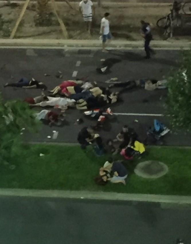 Hiện trường vụ khủng bố đẫm máu dịp Quốc khánh Pháp - ẢNH ảnh 7