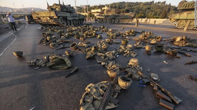 Súng đạn, quân tư trang của lực lượng đảo chính bất thành bị tịch thu, bỏ lại trên đường phố ở Ankara.