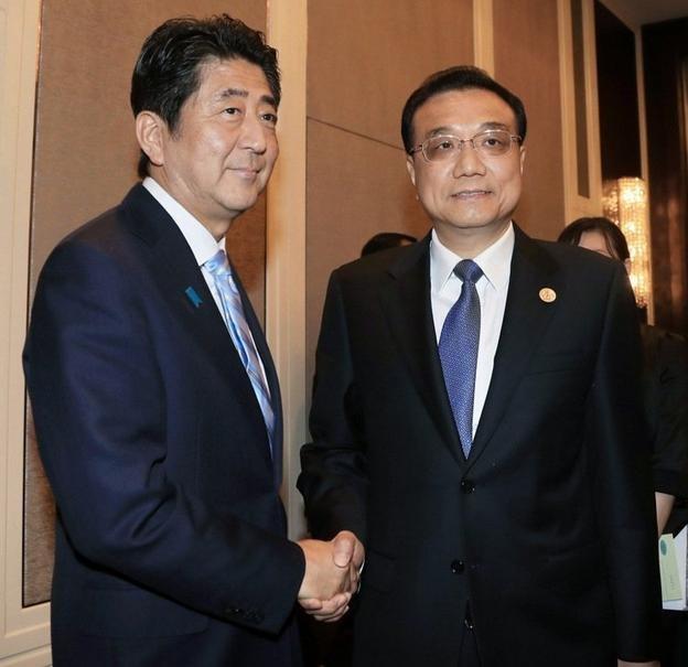 Ngày 15/7/2016, Thủ tướng Nhật Bản Shinzo Abe gặp gỡ Thủ tướng Trung Quốc Lý Khắc Cường bên lề Hội nghị Cấp cao ASEM. Ảnh: Thời báo Hoàn Cầu, Trung Quốc.