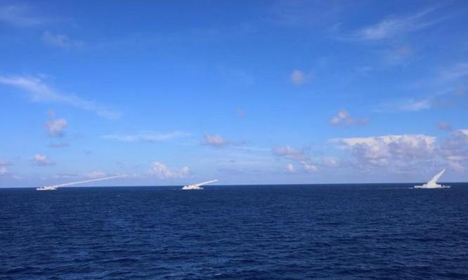 Tàu Trung Quốc tập trận phi pháp ở Hoàng Sa bộc lộ lỗi ngớ ngẩn khi phóng tên lửa ảnh 2