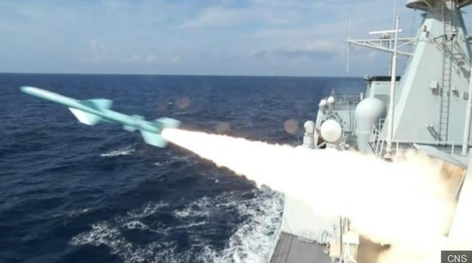 Từ ngày 5 đến ngày 11/7/2016, Hải quân Trung Quốc tập kết 3 hạm đội, tổ chức tập trận thực binh bắn đạn thật quy mô lớn và bất hợp pháp ở vùng biển phía đông đảo Hải Nam đến vùng biển quần đảo Hoàng Sa (Việt Nam). Ảnh: BBC Anh.