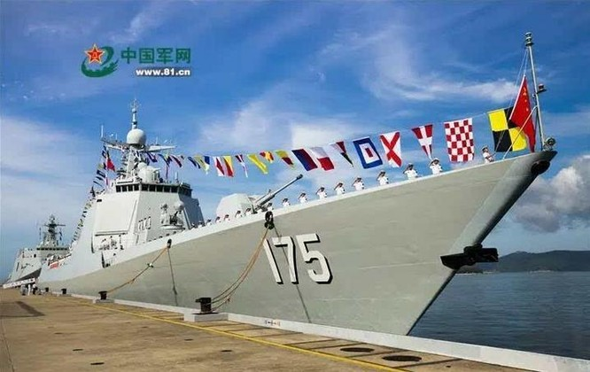 Sáng ngày 12/7/2016, Trung Quốc tổ chức lễ biên chế tàu khu trục tên lửa Ngân Xuyên số hiệu 175 Type 052D cho Hạm đội Nam Hải, Hải quân Trung Quốc. Ảnh: Thời báo Hoàn Cầu, Trung Quốc.