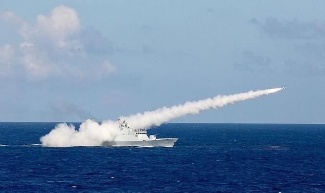 Tàu hộ vệ Lô Châu số hiệu 592 Type 056 Hạm đội Nam Hải, Hải quân Trung Quốc bắn tên lửa chống hạm trong cuộc diễn tập bắn đạn thật của ba hạm đội lớn Hải quân Trung Quốc tại vùng biển phía đông đảo Hải Nam và vùng biển quần đảo Hoàng Sa của Việt Nam. Ảnh: Chinanews.