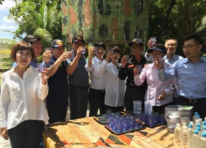 Các nghị sĩ Đảng Dân Tiến Đài Loan chụp ảnh trước khi lên máy bay đổ bộ trái phép lên đảo Ba Bình của Việt Nam. Ảnh: Báo Phượng Hoàng, Hồng Kông.