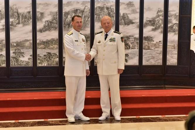 Ngày 18/7/2016, Tham mưu trưởng Hải quân Mỹ hội đàm với Tư lệnh Hải quân Trung Quốc.
