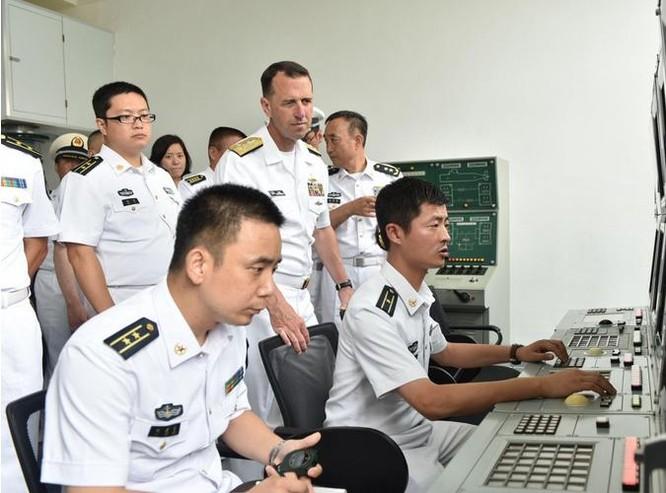 Ngày 20/7/2016, Đô đốc John Richardson tham quan tàu sân bay Liêu Ninh, Hải quân Trung Quốc.