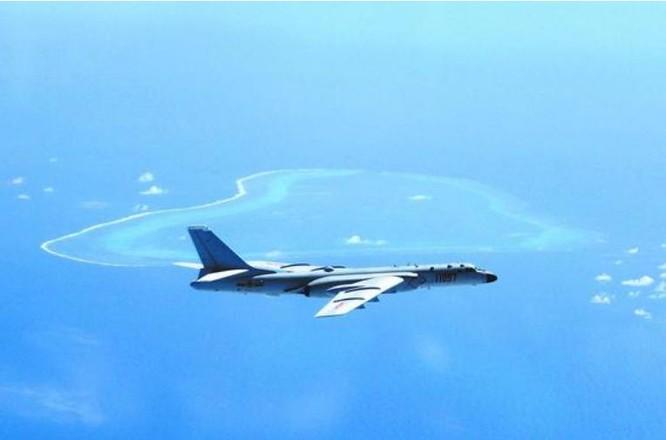 Máy bay ném bom H-6K tuần tra bất hợp pháp trên Biển Đông. Ảnh: Sina Trung Quốc.