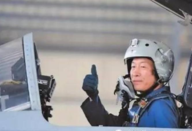 Thường Đinh Cầu, Thiếu tướng không quân, Phó Tư lệnh Chiến khu miền Nam. Ông ta sinh năm 1967, người thành phố Hoành Dương, tỉnh Hồ Nam, nhập ngũ năm 1984, từng làm Tham mưu trưởng không quân Đại quân khu Thẩm Dương, Quân đội Trung Quốc. Ảnh: Sina Trung Quốc.