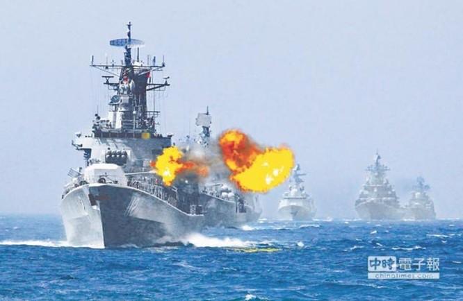 Tàu khu trục Cáp Nhĩ Tân số hiệu 112 Type 052 bắn mục tiêu trong cuộc tập trận chung Trung-Nga ở biển Hoa Đông vào năm 2014. Ảnh: Chinatimes.