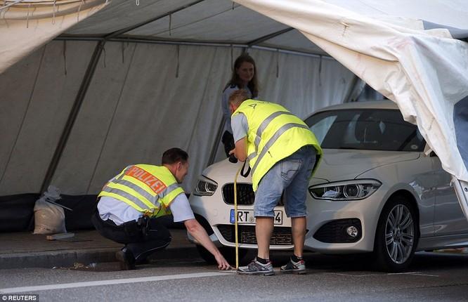 Chiếc xe đã đâm gục đối tượng gây ra vụ thảm án.