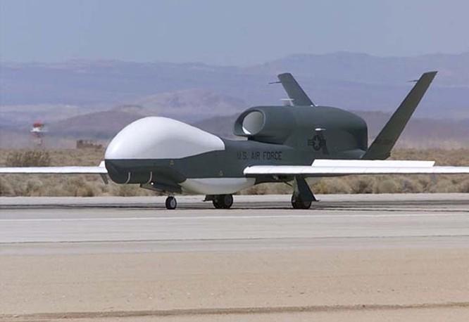 Máy bay do thám không người lái RQ-4 Global Hawk Mỹ.