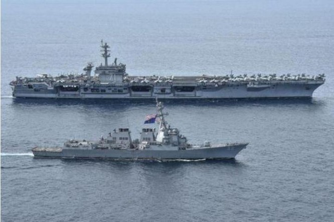 Tàu sân bay và tàu Aegis Mỹ hoạt động trên Biển Đông. Ảnh: News.qq.com.