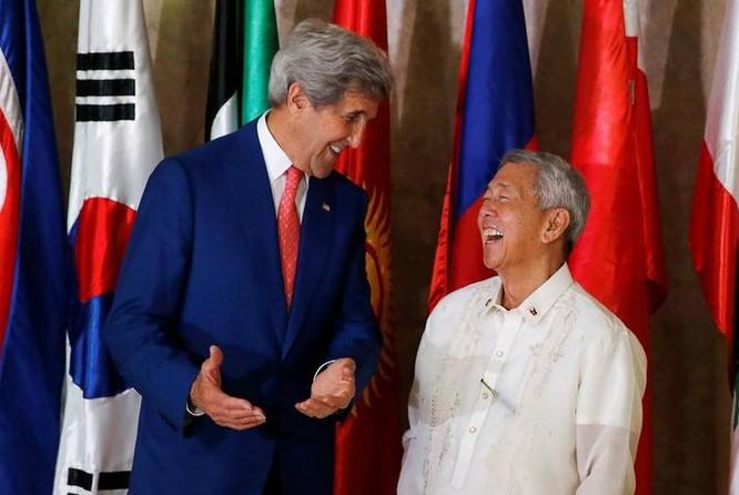 Ngày 27/7/2016, tại Manila, Philippines, Ngoại trưởng Mỹ John Kerry gặp gỡ người đồng cấp Philippines, ông Perfecto Yasay. Ảnh: Reuters.
