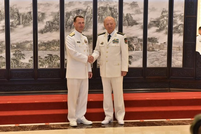 Tham mưu trưởng Hải quân Mỹ thăm Trung Quốc. Ảnh: