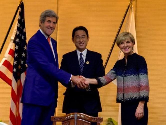 Ngày 25/7/2016, Ngoại trưởng ba nước Mỹ-Nhật Bản-Australia ra tuyên bố chung và an toàn hàng hải, khẳng định phán quyết của Tòa trọng tài Phụ lục VII Công ước Liên hợp quốc về Luật biển 1982 đối với vụ kiện giữa Trung Quốc và Philippines có khả năng ràng buộc pháp lý đối với các bên.