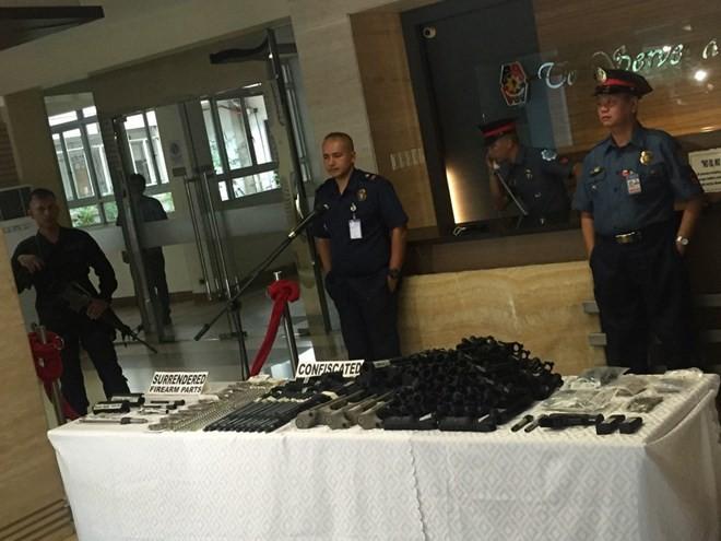 Các bộ phận dùng để lắp ráp súng M-16 bị cảnh sát thu giữ. (Nguồn: GMA News)