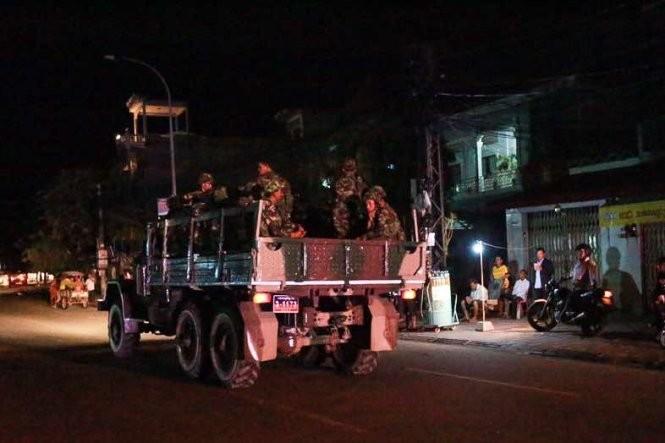 Xe chở binh sĩ Campuchia liên tục được điều động trong mấy tối liền để bao vây trụ sở đảng CNRP - Ảnh: P.P.
