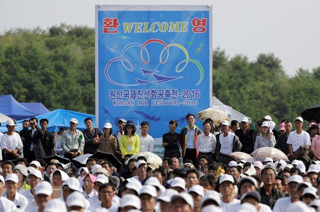 Người dân Triêu Tiên tập trung xem các màn bay biểu diễn ở lễ hội. (Nguồn: AP).