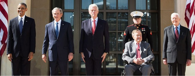 Từ trái qua phải: Barack Obama, George Bush (con), Bill Clinton, George Bush (cha) và Jimmy Carter.