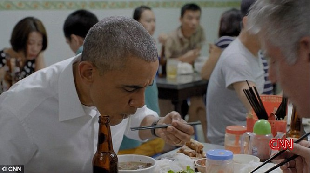 Ông Obama dùng đũa.