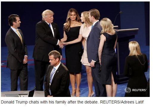 Ông Donald Trump cùng các thành viên trong gia đình khi tranh luận với bà Hillary Clinton kết thúc.