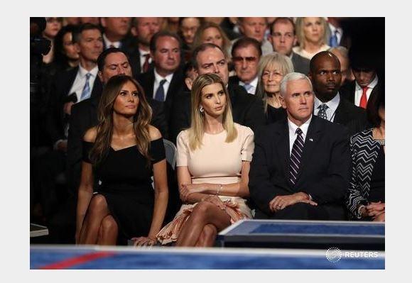 Khán giả, cử tri ở phía dưới khán đài