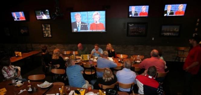 Dân Mỹ theo dõi tranh luận bầu cử giữa hai ứng viên của đảng Dân Chủ và Cộng hòa qua màn hình tại các nhà hàng, quán bar.