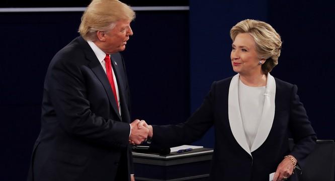 Hai ứng viên bắt tay nhau khi tranh luận kết thúc. Sự tôn trọng với nhau có lẽ chỉ thể hiện ở bên ngoài khi trận