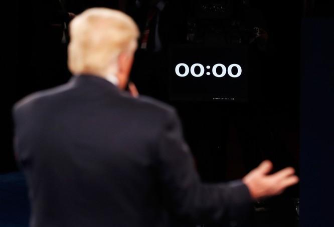 Đồng hồ điểm giờ kết thúc tranh luận.
