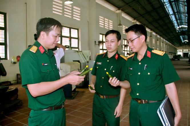 Đại úy Mai Thanh Uyên (bìa trái) trao đổi công việc cùng hai đồng nghiệp - Ảnh: MẠNH CHIẾN.