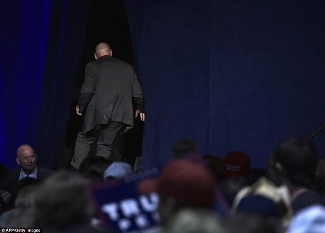 Tin nóng: Donald Trump bị một phen hú hồn, phải chạy vào sau sân khấu - VIDEO ảnh 1