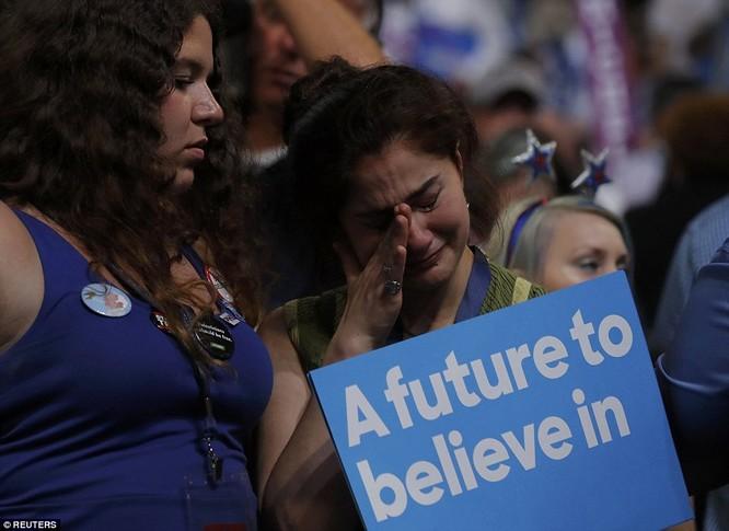 Những người ủng hộ bà Hillary Clinton đã rơi nước mắt...