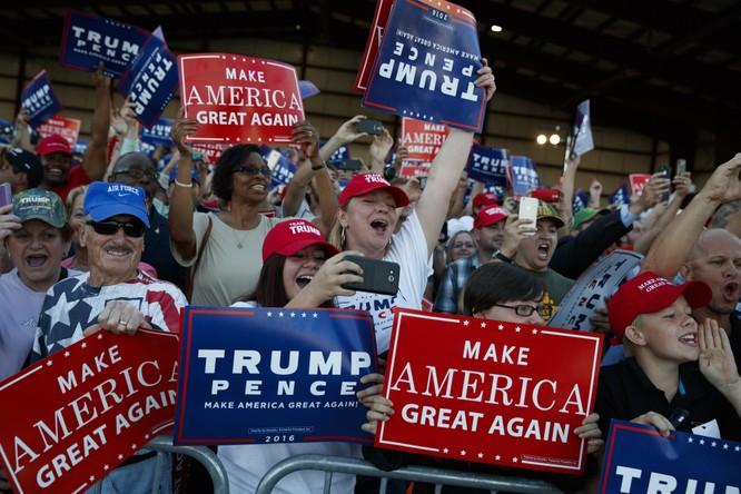 Những người ủng hộ Donald Trump vui mừng trước chiến thắng.