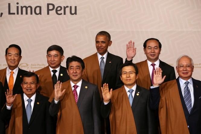 Tổng thống Barack Obama cùng các lãnh đạo APEC chụp hình chung, bên trái ông là Chủ tịch nước Việt Nam Trần Đại Quang
