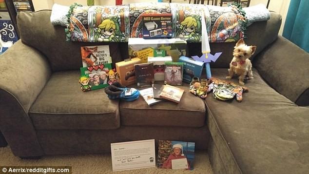 Hình ảnh tất cả các món quà được Bill Gates gửi đến sau khi được bóc ra.