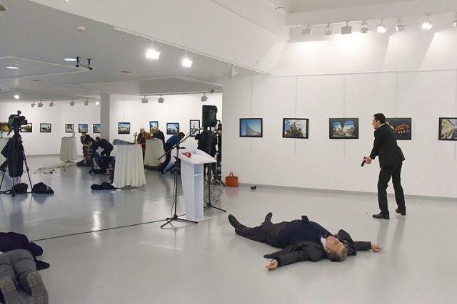 Hiện trường Đại sứ Nga tại Ankara bị bắn chết. Ảnh: AFP